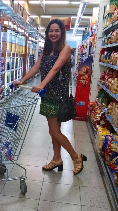 Mujer con vestido verde en el supermercado