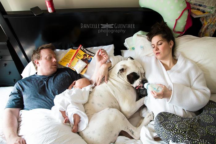Mujer dormida dando tetero a su perro