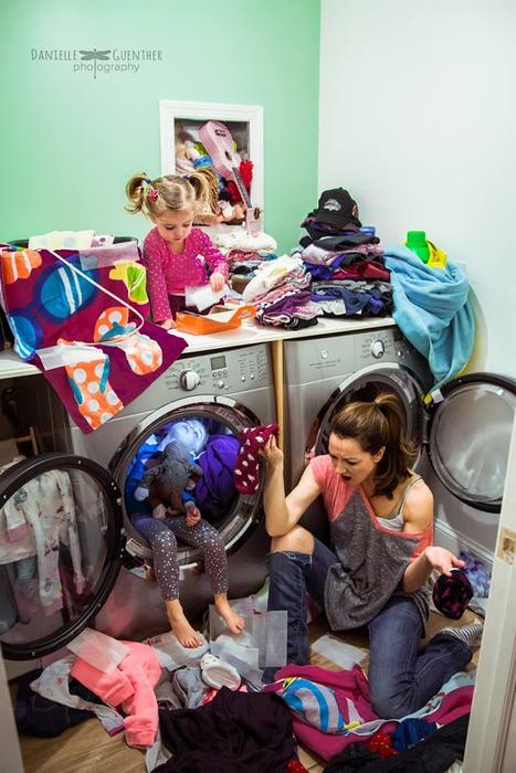 Mujer desesperada, lavando ropa de sus hijas