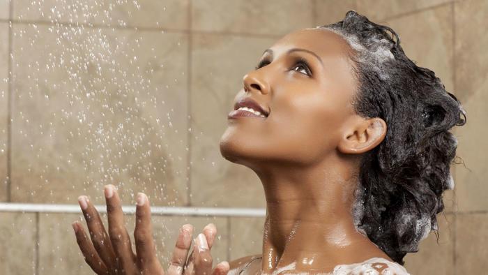 Mujer sonriendo en la ducha