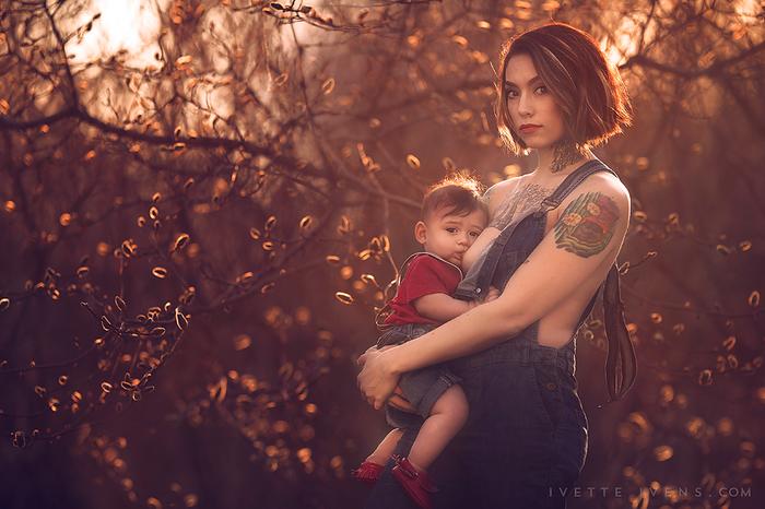 Mujer en overol amamantando a un niño