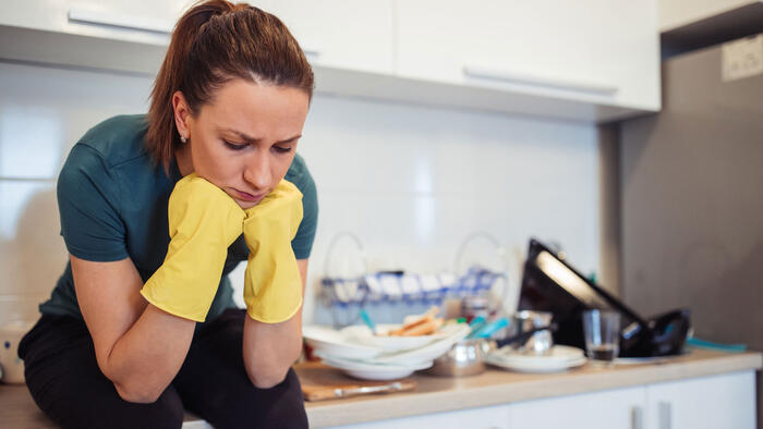 Mujer con platos sucios