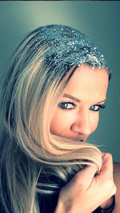 mujer rubia y de ojos azules con brillantina en las raíces del cabello
