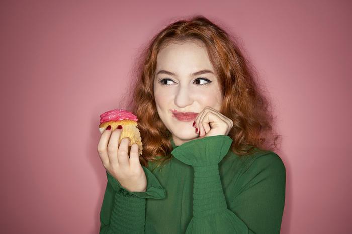 Mujer saborea un pastel