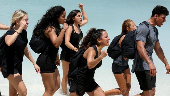 Mujeres de Team Contendientes llegando a las arenas de Exatlón