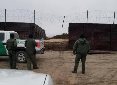 La brecha en el muro fronterizo que permitió a una camioneta cruzar de México a Estados Unidos en Campo, California.