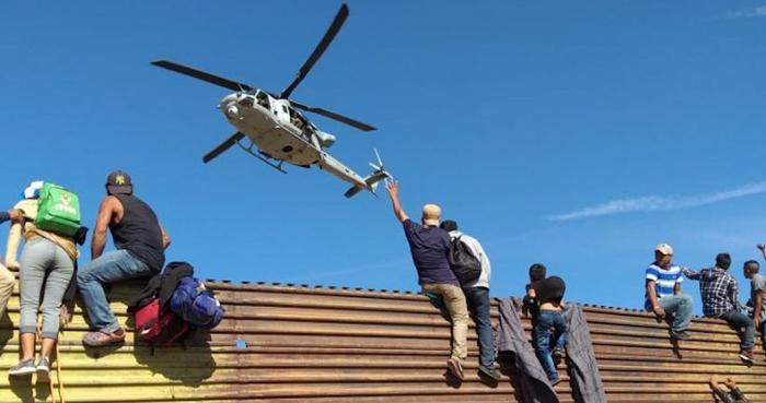 Agentes de EU usan gas contra los migrantes; hay disparos, posiblemente de balas de goma