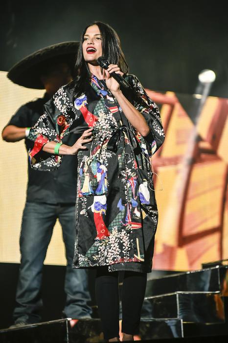 Natalia Jiménez bajando las gradas en los ensayos de Premios Billboard 2015