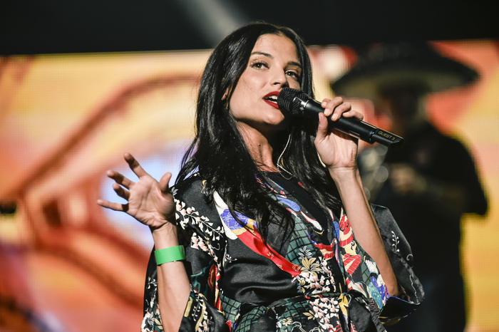 Natalia Jiménez cantando en los ensayos de Premios Billboard 2015