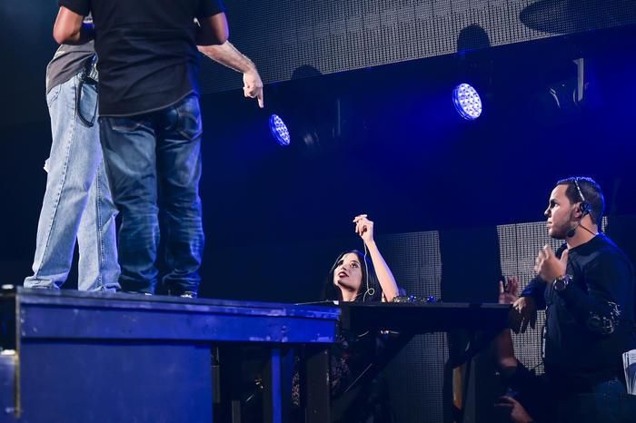 Natalia Jiménez dando instrucciones a sus músicos en los ensayos de Premios Billboard