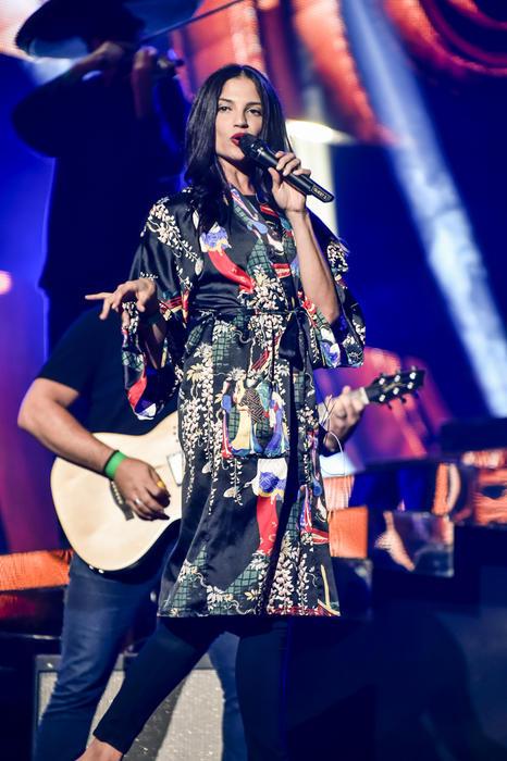 Natalia Jiménez de cuerpo entero cantando en los ensayos de Premios Billboard 2015