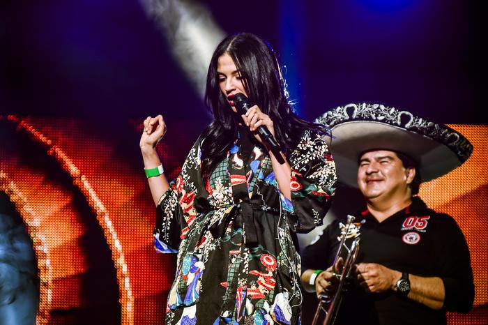 Natalia Jiménez cantando junto a uno de sus músicos en los ensayos de Premios Billboard 2015