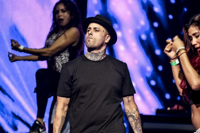 Niky Jam cantando en Premios Billboard 2015