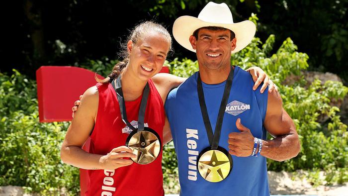 Nicole y Kelvin con su medalla de salvoconducto