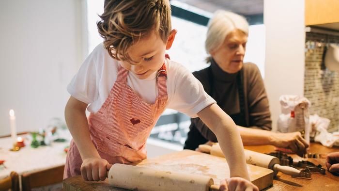 Nieto y abuela en la cocina