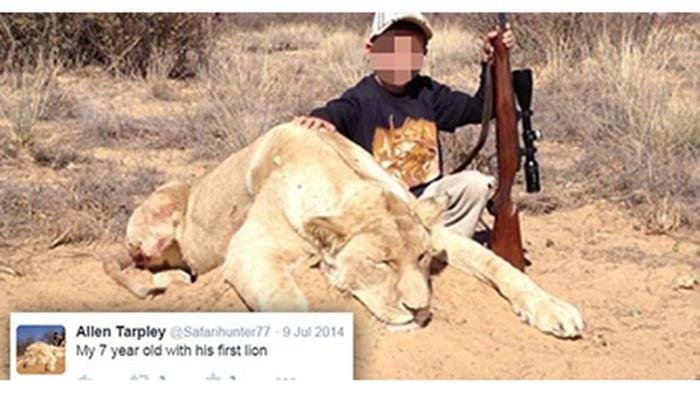 Foto de niño cazador con leon muerto