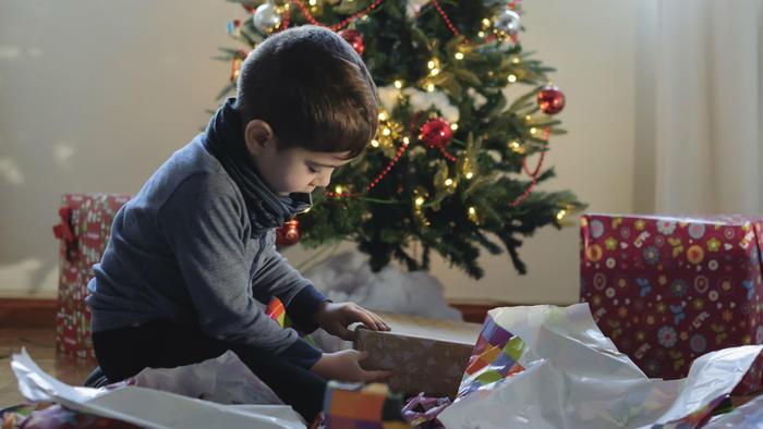 Niño abriendo regalos