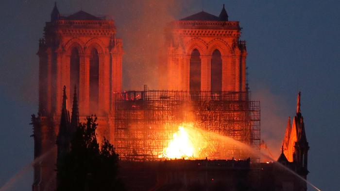 Campanarios de Norte Dame de París en medio del incendio de ayer
