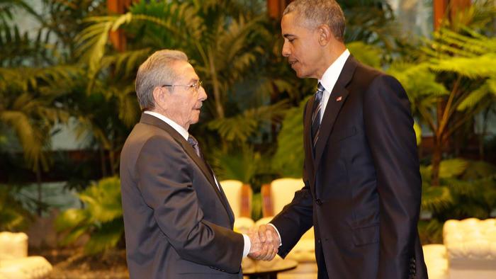 obama and castro saludo