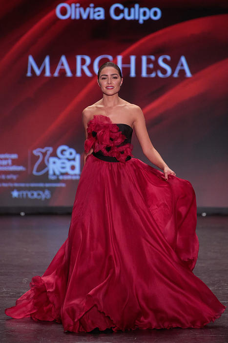 Olivia Culpo en el Go Red for Women Dress Collection 2016