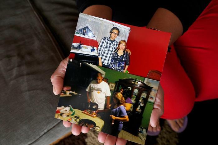 Sara Ramírez muestra algunas fotos al lado de sus dos hijos quienes están felices de que su madre ya no corra ningún riesgo de deportación.
