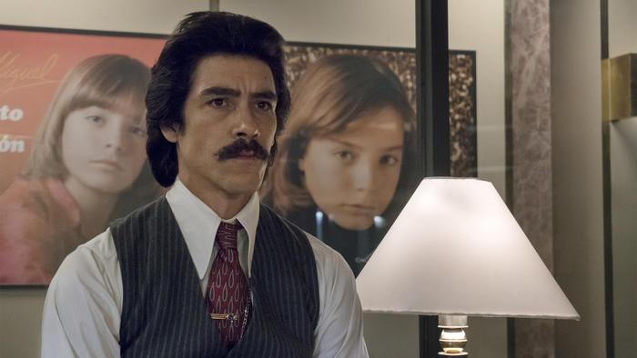 Oscar Jaenada as Luis Rey.