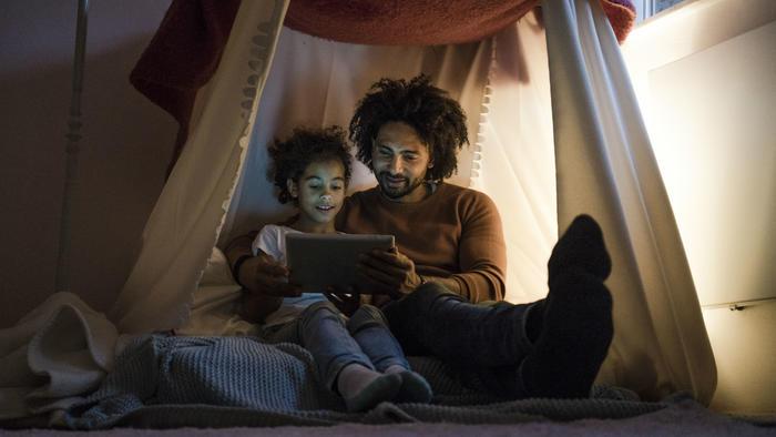 Padre e hija con una tablet