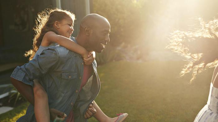 Padre e hija jugando