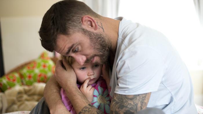 Padre e hija en abrazo