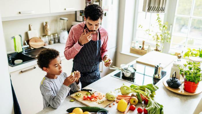 Padre e hijo cocinando