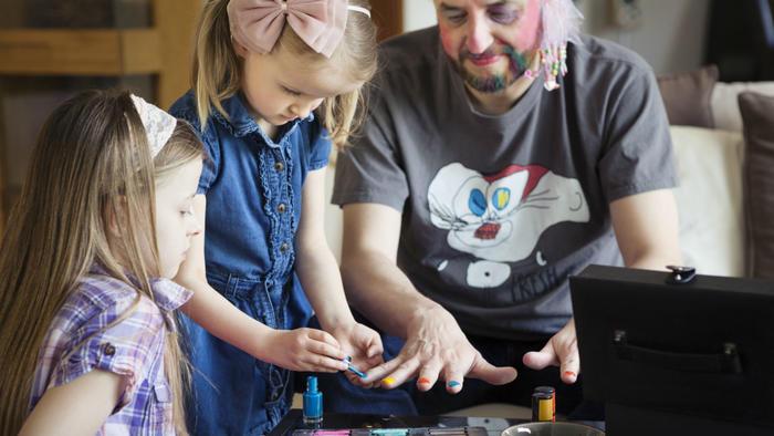 Padre jugando con sus hijas