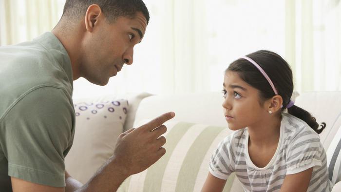 Padre regañando a hija