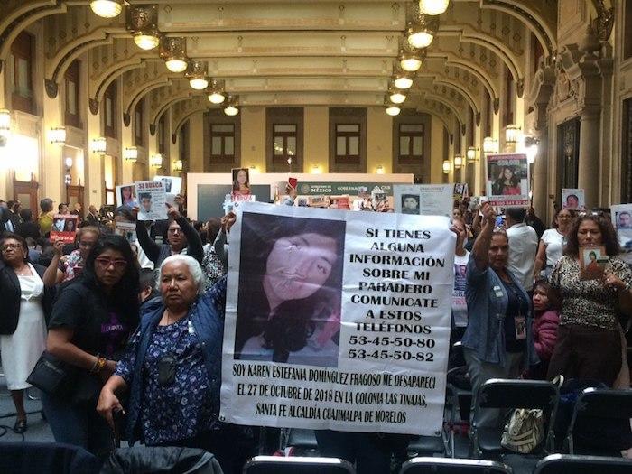 Familiares de desaparecidos en Palacio Nacional