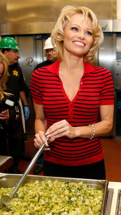 Pamela Anderson sirve la primera comida vegetariana a los reos en la cárcel Maricopa en Phoenix