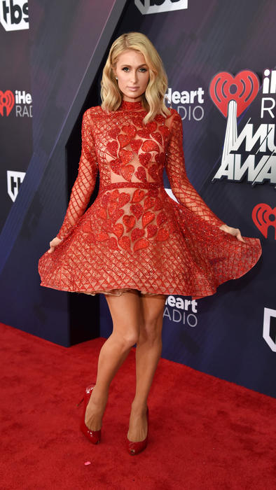 Paris Hilton con vestido rojo de Charbel Zoe