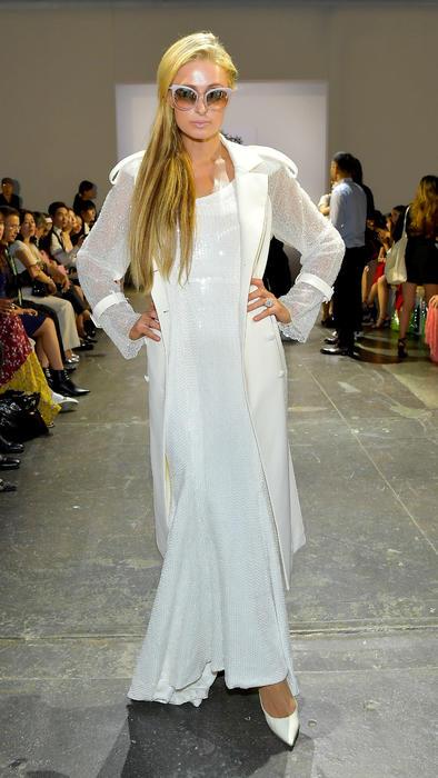 Paris Hilton en la pasarela de Lan Yu