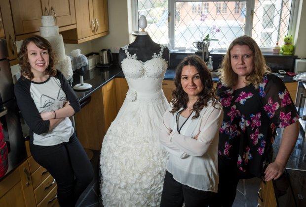 Pastel de bodas en forma de vestido con sus creadoras