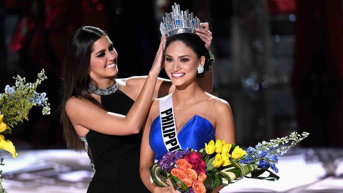 Paulina Vega entrega corona a Miss Filipinas 2015, Pia Wurtzback, Miss Universo 2015