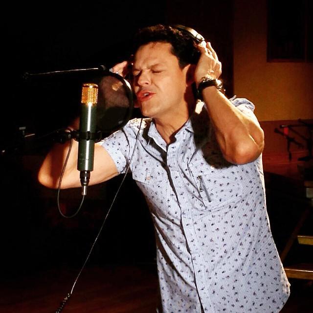 Pedro Fernández cantando en studio