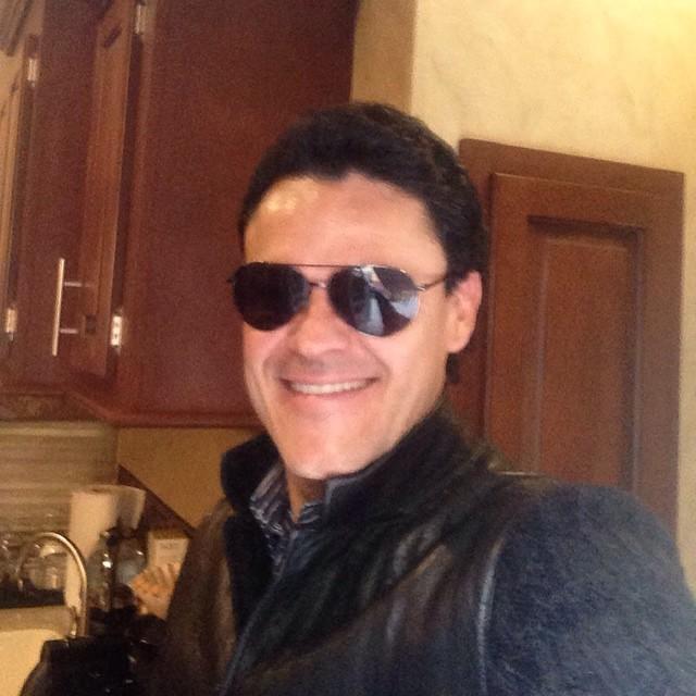 Pedro Fernández con gafas de sol
