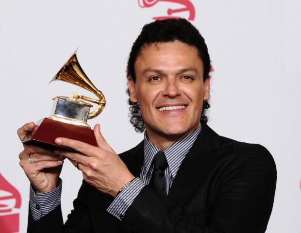 Pedro Fernández con su Grammy
