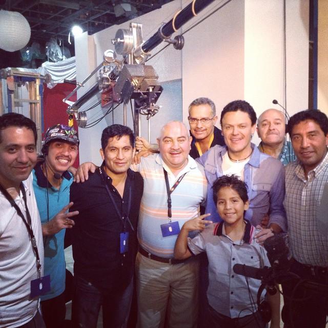Pedro Fernández con amigos detrás de cámaras