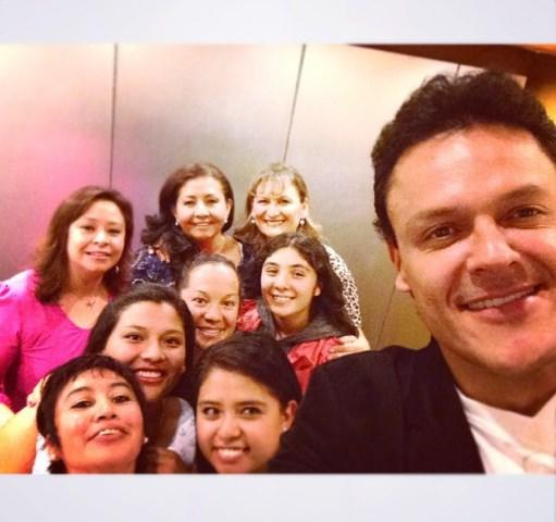 Pedro Fernandez sacando una selfie con sus fans