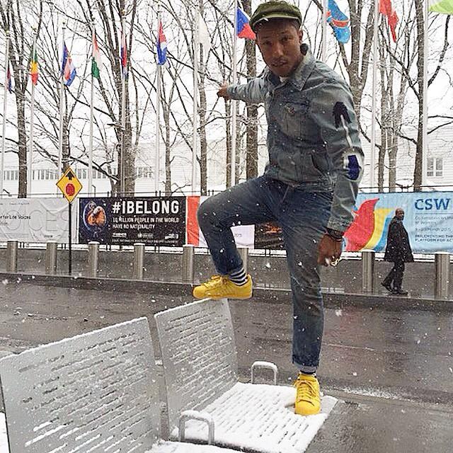 Pharrell con zapatos amarillos.