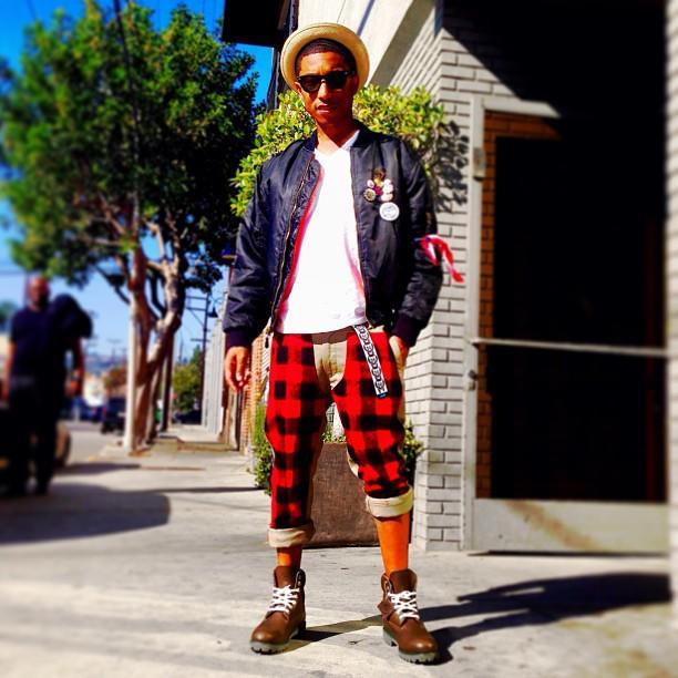 Pharrell con pantalón a cuadros rojos.