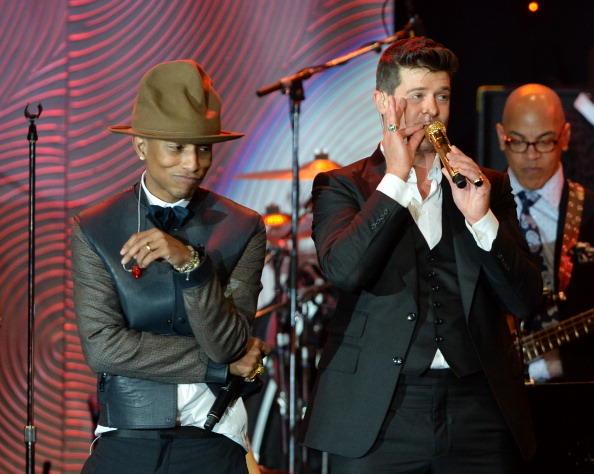 Pharrell Williams cantando, Robin Thicke, pre-gala Premios GRAMMY 2014