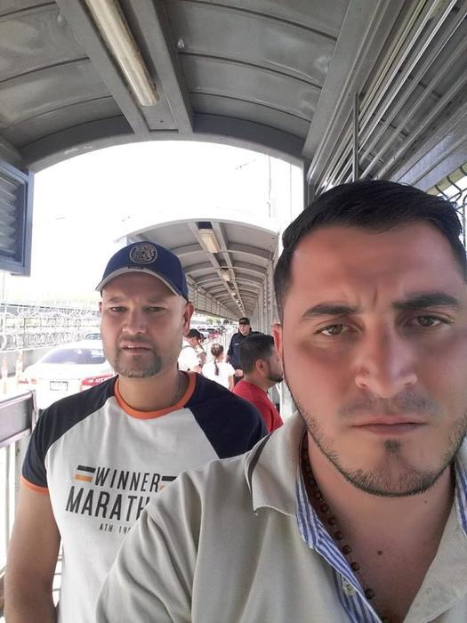 El mayor Hugo Parra y el primer teniente Erick Molina cruzan el Puente Internacional número 2 en Nuevo Laredo, México, donde se entregan a las autoridades migratorias de EEUUel 11 de abril.