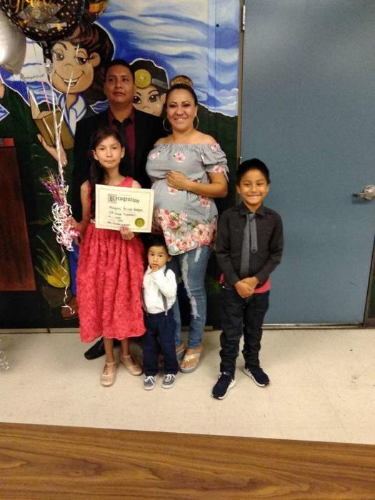 Joel Arrona Lara en una foto con sus hijos y esposa