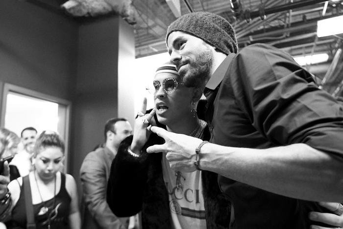 Bad Bunny con Enrique Iglesias backstage Latin AMAs