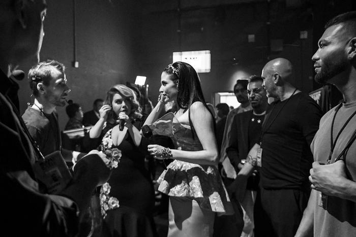 Natalia Jiménez y Chiquis Rivera backstage Latin AMAs